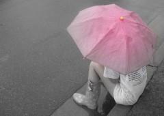 La fille au parapluie rose